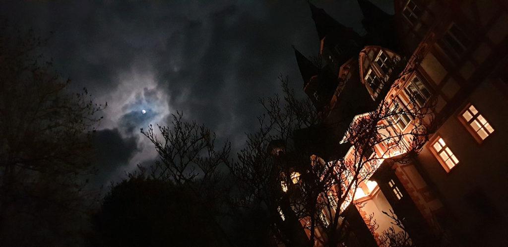 Schloss Hungen bei Nacht und Vollmond
