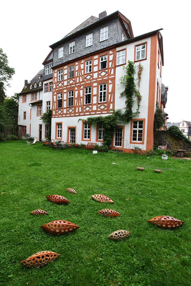 "Schloss Hungen - Rückansicht Frauenzimmerbau mit Kunst-Objekten am Tag des ""offenen Denkmals"""